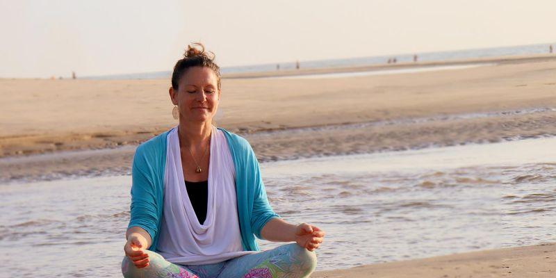 #159 (kein Titel) – In Yin-Yoga-Haltungen kannst du Dich besonders tief hineinfallen lassen. Blockaden werden sanft erspürt und gelöst. Im Vordergrund stehen intensive Selbstwahrnehmung, Persönlichkeitsentwicklung, Dehnung und auch Tiefenentspannung. Tiefere Schichten des Bindegewebes wie Faszien, Bänder, Sehnen und Gelenke werden passiv gedehnt und gekräftigt. Du findest so zu Entspannung und mehr Beweglichkeit.